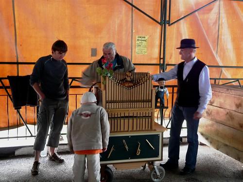 Joseph à l'orgue de barbarie, marché Héry 051