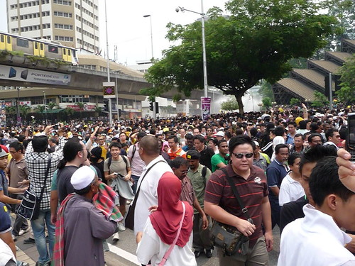 BERSIH 2.0 - 1.40pm - first water cannon sprayed