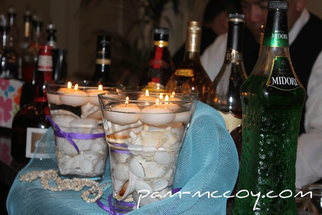 PAM_0147-centerpiece-shells-in-glass-container-with-floating-candles