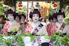 Maiko and Geiko on a float (Teruhide Tomori) Tags: japan dance kyoto performance maiko geiko   odori yasakashrine  gionmatsuri      gionmatsurifestival  komachiodori