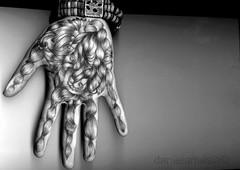 Leggimi il presente (Laleggedellortica) Tags: hands hand mani mano dita corpo anatomia