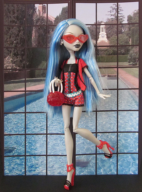 (c) MurderWithMirrors: Ghoulia Yelps Gloom Beach