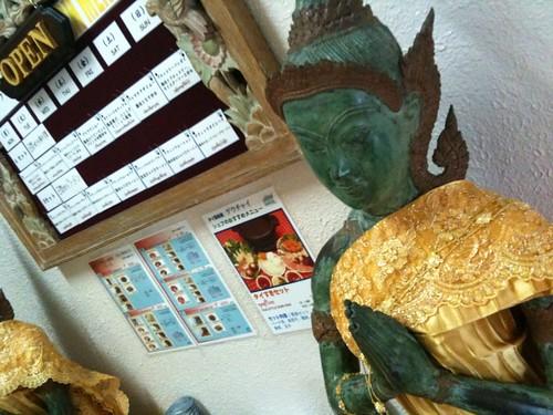 入り口はタイの仏像さまがお出迎え
