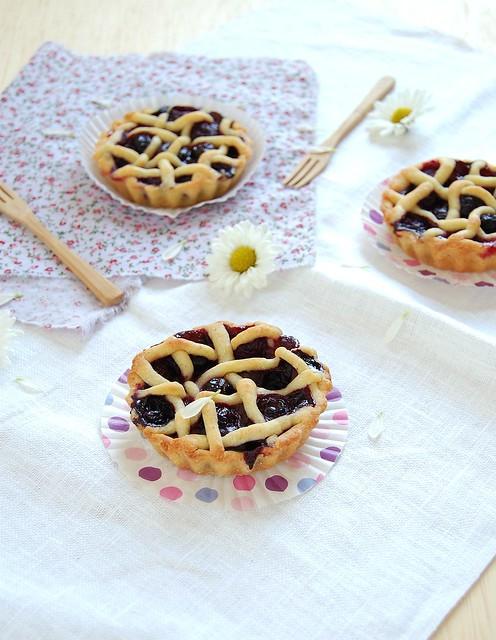 Mini blueberry pies with a lattice topping / Tortinhas de mirtilo