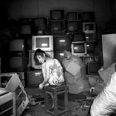 Les Enfants de la Tl (el crater) Tags: china 6x6 film girl tv fille chine aot g11 sauv virela gardela virela2 gardela2 virela3 gardela3 gardela4 gardela5 gardela6 gardela7 gardela8 gardela9 gardela10