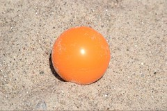 Ball im Sand
