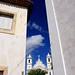 A igreja, ao fundo