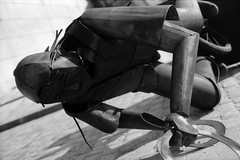 Iron Man 2 : La chute (philoufr) Tags: blackandwhite paris statue noiretblanc nikonfe ilfordfp4 nikkor50mmf14d epsonperfectionv500photo