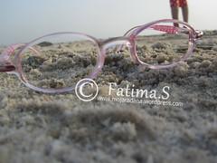 ورؤيةٌ أُخرى ! (أحلام زقاء) Tags: زهري بحر، شاطئ، رمال، رمل، نظارة،