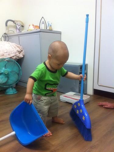 1Y_在阿松舅舅房間打掃