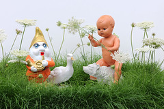 Spaß im Graß - Fun in the Grass (sohimmelblau) Tags: grass duck doll ente puppe gardengnome gartenzwerg