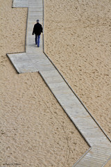 walking along a path. (Patrick Mayon) Tags: england man beach kent seaside sand graphic meetup sable angleterre passage plage homme broadstairs