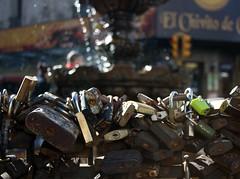 montevideo (Car) Tags: fountain uruguay fuente locks montevideo fonte montevidu uruguai cadeados candados