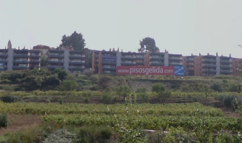 Gelida des de l'Autopista, on destaca el rètol de pisosgelida