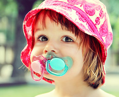 { Adiccin chupetil } { Pacifiers Addiction } (Ges Rules ) Tags: pink blue summer portrait baby colors azul child gorro retrato rosa colores nia beb verano dummy bonnet pacifier chupete