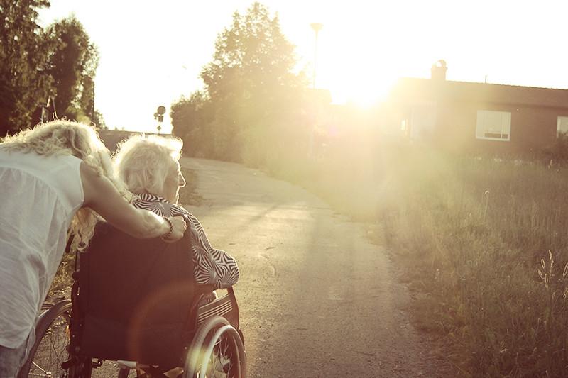 Gick på väldigt lång promenad med den gamla i rullstol