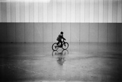 (Garuna bor-bor) Tags: street boy bw blancoynegro film sol wet bike wall 35mm geotagged pared photography blackwhite lomo lomography photographie noiretblanc ground bicicleta nb bn rainy urbana zb 8m vignettage vignetting mur kale euskalherria basquecountry smena garon suelo 125 paysbasque fotografa mojado urbaine lluvioso saintjeandeluz pasvasco lomografia bizikleta ilfordfp4plus lomografie horma vel busti  lapurdi pluvieux 2011 mouill sanjuandeluz chaval zoru lomographie donibanelohizune zuribeltz  vieteo argazkilaritza  vieteado mutil labourd  euritsu geolokalizatua geokokatua pirripita