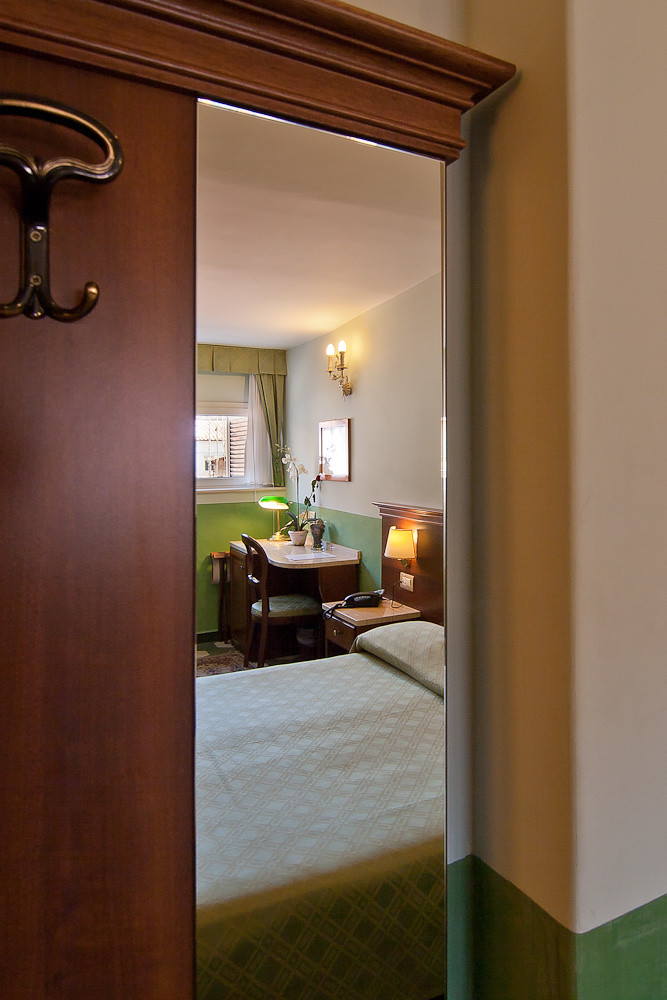 Il turismo a Roma è sempre affascinante se si pernotta in un hotel di fascino. Lo scorcio di una camera dell'Hotel Centrale
