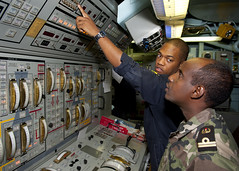 US Sailor Djiboutian navy sailor the main propulsion console aboard USS Samuel B. Roberts (Official U.S. Navy Imagery) Tags: training indianocean navy sailor usnavy aps internationalrelations guidedmissilefrigate usssamuelbrobertsffg58 foreignmilitary africapartnershipstation