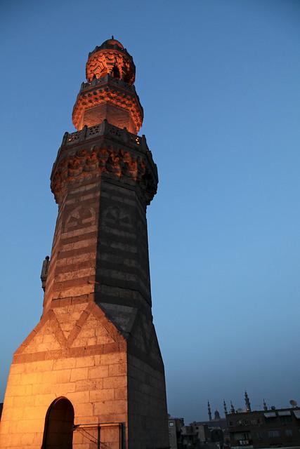エジプト、カイロ、日没後のミナレット