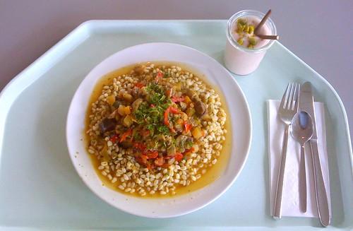 Mediterrane Gemüsepfanne auf Weichweizen / Mediterranen vegetable stir fry on soft wheat
