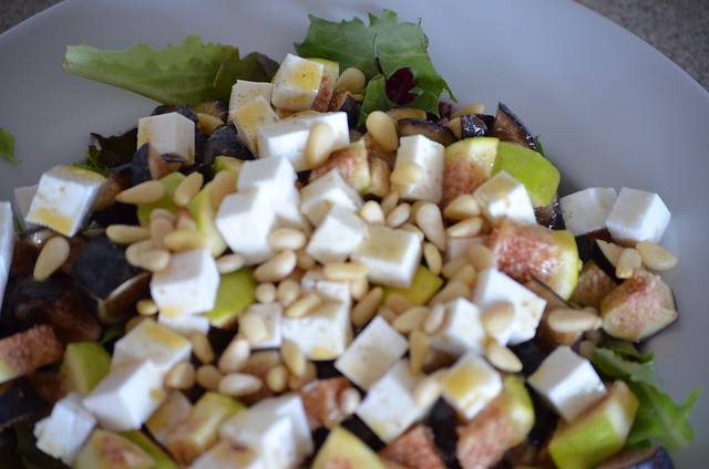 salad with figs, feta and pine nuts