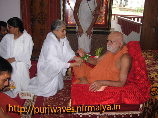 Sister of Prajapita Bramaha kumari binds Rakhi to Sankaracharya puri