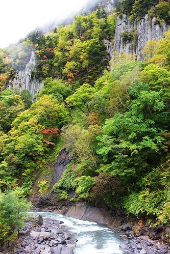 忠別川へ流れ落ちる紅葉の滝
