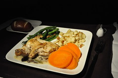 Delta 635 LAX-HND: Inflight Service (Ricardobtg) Tags: food lines tokyo la los nikon angeles air delta business elite airline meal redeye service lax airlines haneda hnd d90 1685 n867da