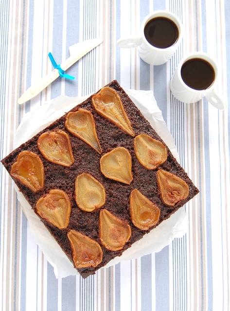 Upside down pear chocolate cake / Bolo invertido de pêra e chocolate