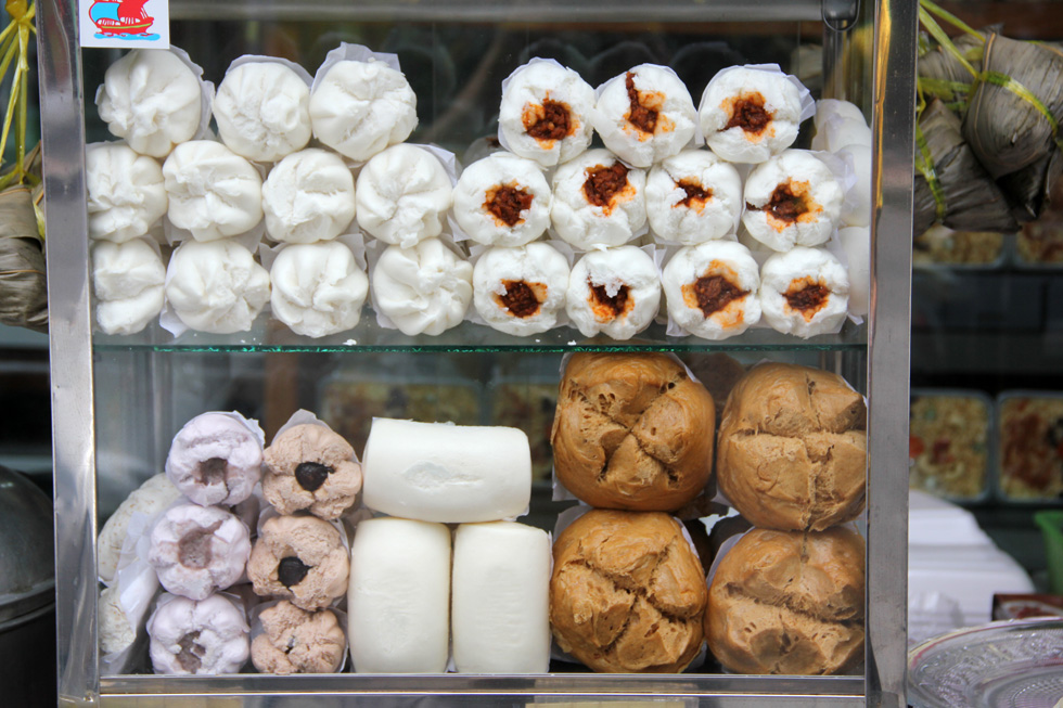 6025095831 72ac090c01 o Glass Cabinet of Assorted Chinese Steamed Buns   Salapao