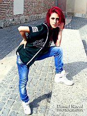 Pilar R. 008 (Daniel Rocal) Tags: red woman sexy verde green girl beauty pilar mujer rojo model chica watch piercing modelo redhead jeans reloj bella wristwatch tatto pelirroja tatuaje vaqueros darocal danielrodrguezcalvo danielrocal