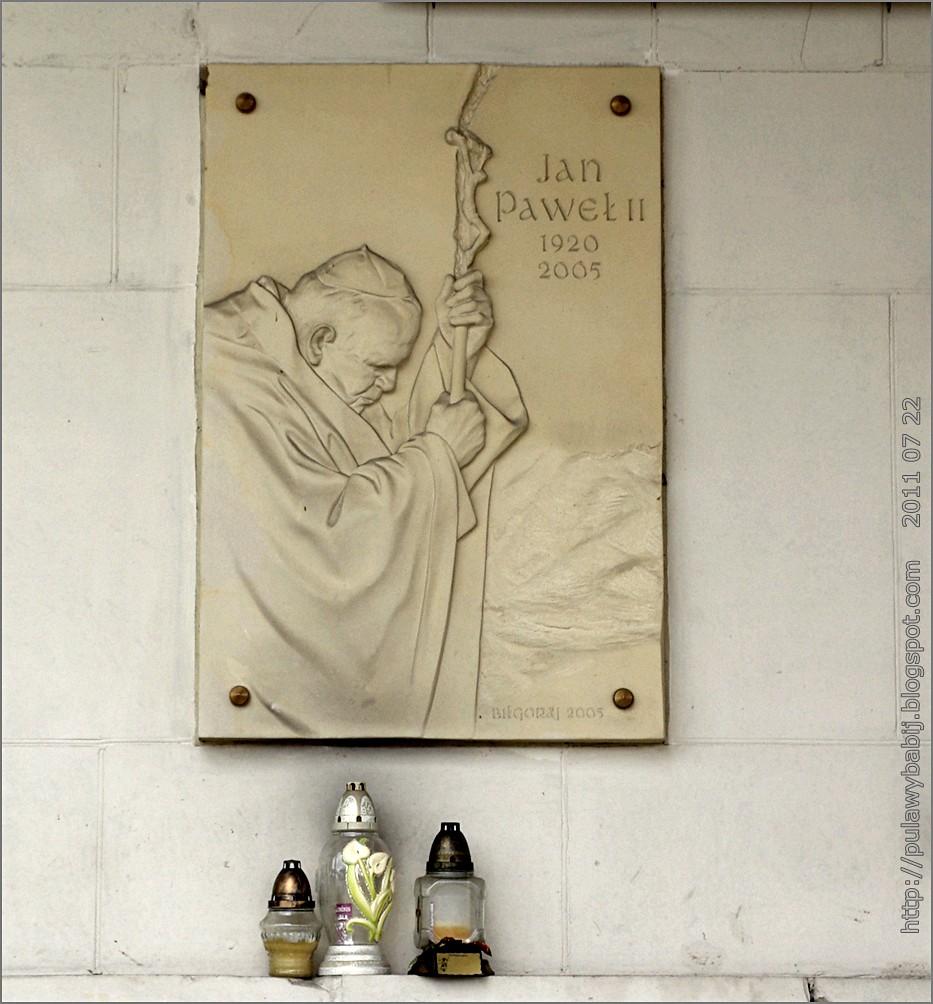 Biłgoraj Urząd Miasta tablica pamiątkowa Jana Pawła II na frontowej ścianie budynku