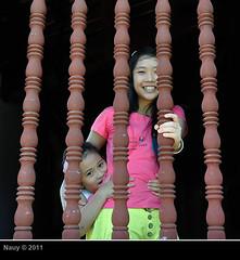 Smiles from Vietnam (na-uy) Tags: voyage travel girls window smile temple nikon asia asien southeastasia südostasien vietnamese buddhist buddhism shy vietnam asie southeast hue reise shyness onblack nauy d90 huế asiedusudest chùathiênmụ chuathienmu earthasia chùalinhmụ