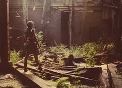 [フリー画像] 人物, 女性, 人と風景, 廃墟, 201108130100