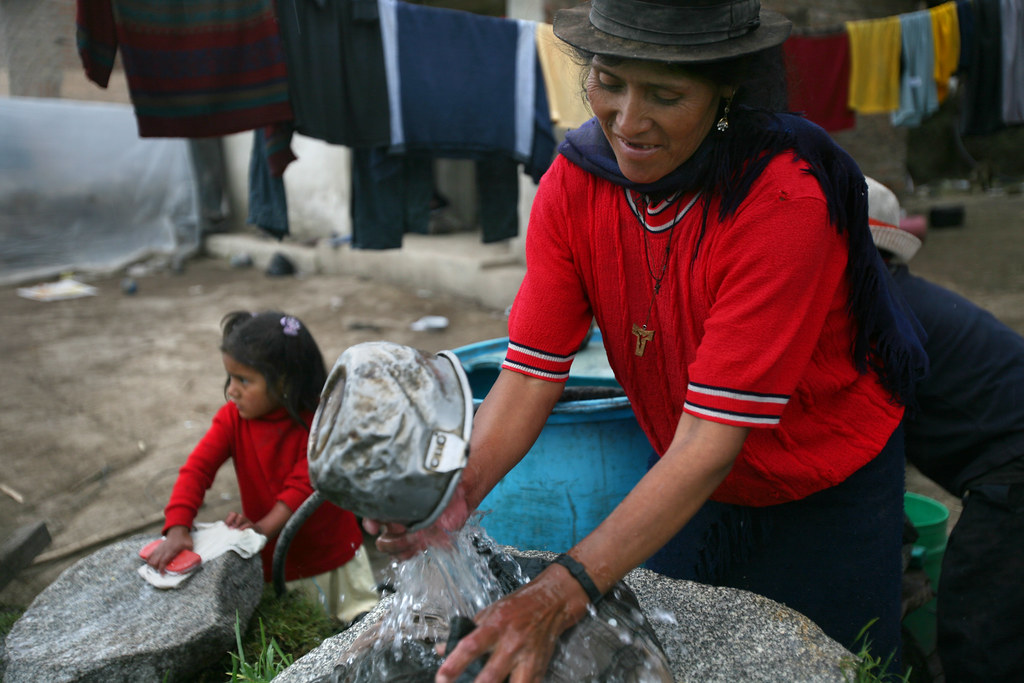 Femme lavant son linge