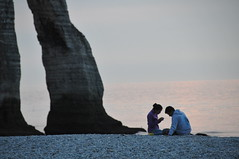 France #14:  tretat Love Story (or: Sitting beneath the feet of giants) (PetterPhoto) Tags: trip travel paris france love french nikon couple sleep report images romance dreaming story rest normandie nikkor dormir lovestory 18200 tretat gentle romantique d300s petterphoto