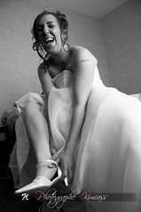 No stress ! (kimcass) Tags: portrait noiretblanc nb mariage rire prparation marie habillage kimcass