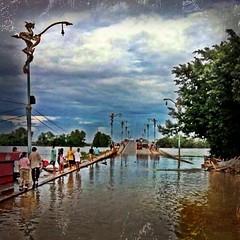 น้ำท่วมปัญหาใหญ่ของชาติตอนนี้ ไม่ใช่คิดแต่จะเปิดคาสิโน่ ขึ้นเงินเดือนรัฐเพราะเขาไม่ได้เดือดร้อน หัดดูคนนอกเมืองบ้าง!!!