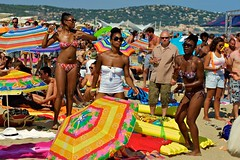 @ worldwidefestival 2011 (Winfried Veil) Tags: leica girls party motion france beach girl sunglasses festival strand umbrella 50mm dance concert movement frankreich colorful veil waterfront action rangefinder move sunshade bikini parasol tanz bewegung trio colourful summilux asph mdchen winfried bunt sonnenbrille mediterraneansea bikinis tanzen frauen parasols m9 ste gillespeterson schirme sunshades mittelmeer schirm farbenfroh sonnenschirm sonnenbrillen 2011 messsucher worldwidefestival mobilew leicam9 winfriedveil