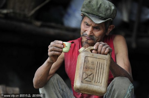 71-Yrs-Old Chinese Man Drinks Gasoline For 42 Years