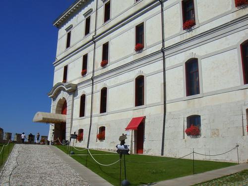 Entrada principal al castillo-hotel