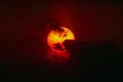 [フリー画像] 自然・風景, 空, 夕日・夕焼け・日没, 雲, 太陽, 201107260100