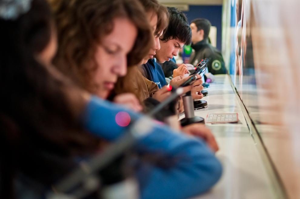 En el Stand de Tigo permitieron al público acceder a probar el novedoso iPhone 4. (Elton Núñez)