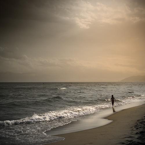 nena corrent per la vora del mar by vdorse