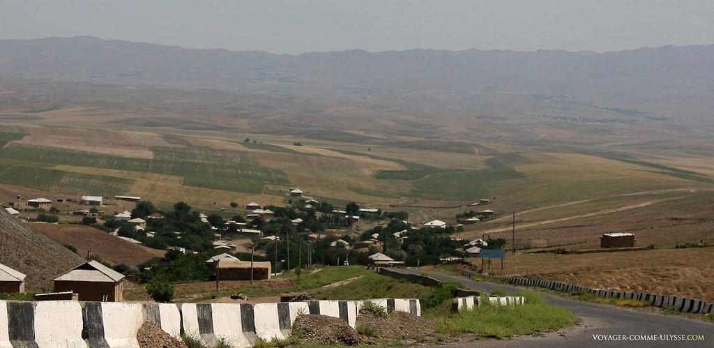 Au bout de la route, au milieu des champs, un village ouzbèk