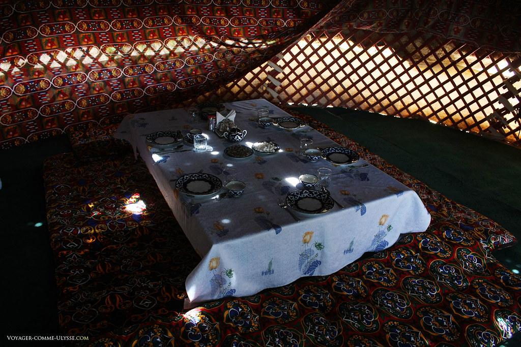 Intérieur d'une yourte. La table dressée