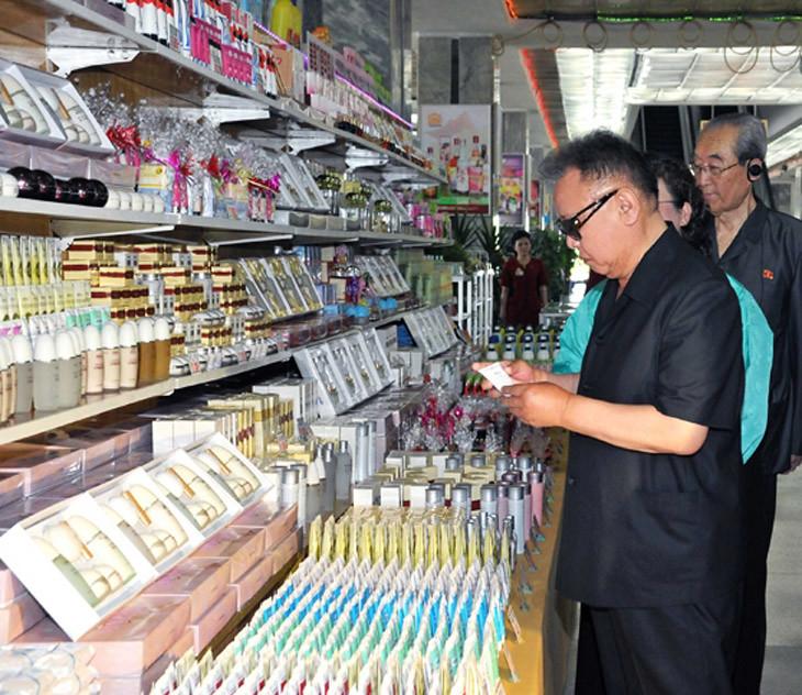 Полководец Ким Чен Ир руководит на месте работой Универмага № 1.Свежие фото с мест скоростного боя
