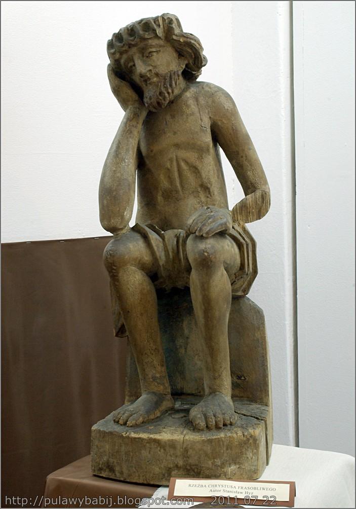 Rzeźba ludowa Chrystusa frasobliwego w Muzeum Ziemi Biłgorajskiej