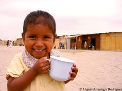 I hope (Marreategui) Tags: glass girl children child per nia desierto sonrisa felicidad vaso piura pueblojoven a vasodeleche flickraward asentamientohumano
